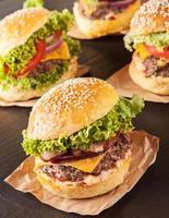 färska hamburgare på svart sten foto