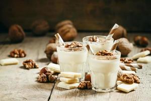 efterrätt av vit choklad och valnötter foto