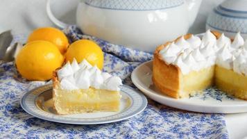 citronsyrta med maräng foto