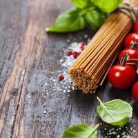spaghetti, basilika och tomater foto