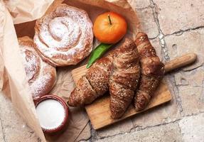 nybakade croissanter foto