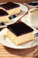 ostkaka med blåbär och ett mössa kaffe foto