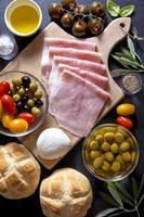 vin aptitretare. antipasti tallrik med bakad skinka, foto