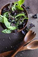 blåbär och blandad grön sallad foto