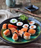 hemlagad sushi med vild lax, räkor foto
