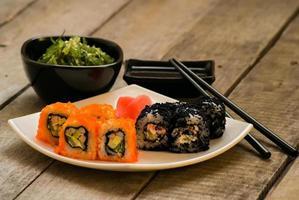 sushi och chuka tångsallad med sojasås foto