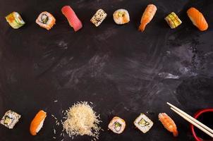 sushi uppsättning på mörk bakgrund. minimalism foto