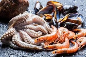 tre typer av färsk fisk och skaldjur foto