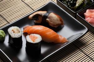 japansk sushi: nigiri och maki. foto