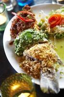 närbild thailändsk fisk curry stekt