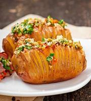 bakad potatis med ost och smör foto