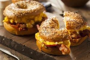 rejäl frukostsmörgås på en bagel