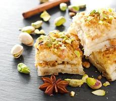 turkisk pistaschbakelsefterrätt baklava med gröna pistascher foto