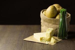 bakade potatis i säck med gräslök och mogen cheddarost foto
