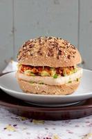 vegetariska hamburgare med fullkornsbullar, tofu och grönsaker foto