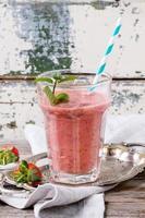 röd jordgubbsmoothie foto