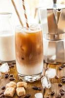 iskaffe i högt glas