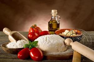 ingredienser för hemlagad pizza foto