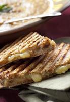 grillad ostsmörgås med soppa foto