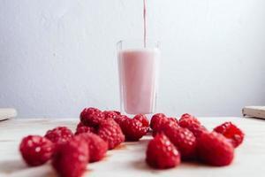 hallon smoothie färsk blandad på träbord sommar foto