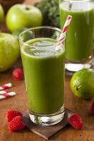 hälsosam grön grönsak och frukt smoothi juice foto