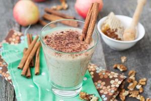"""smoothies """"äppelpaj"""" med nötter och kanel. foto"""