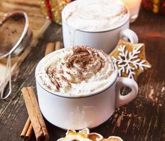 kaffe med vispad grädde foto