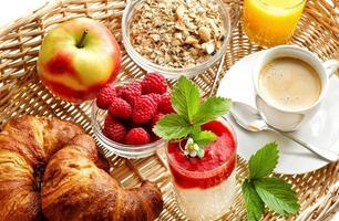frukost med kaffe, croissanter, apelsinjuice foto