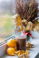 glas kakao och mandarin foto