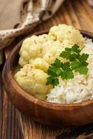 blomkål kokt i kokosmjölk med ingefära och curry foto