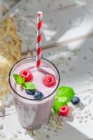 smaskig smoothie med bärfrukter foto