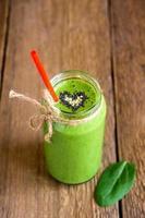 grön smoothie med hjärta av frön