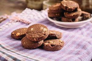 choklad och hasselnötterkakor på trasa foto