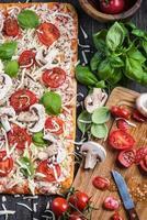 att göra hemlagad klassisk margherita pizza foto