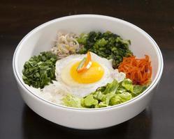 bibim bap, koreansk maträtt foto