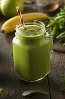 hälsosam ekologisk grön fruktsmoothie foto