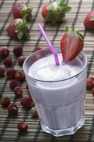 färsk jordgubbs milkshake med jordgubbsskiva foto