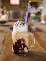 iskaffe på ett träbord i ett kafé foto