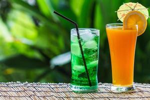 grön frukt soda och apelsinjuice
