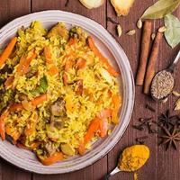 indisk biryani med kyckling och kryddor foto