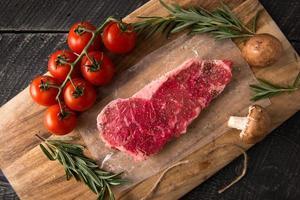 grilla remsa linnestekserie: rått kött foto
