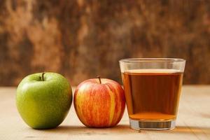 glas äppeljuice foto