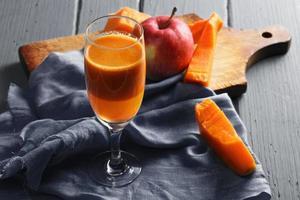 färsk pumpa och äppeljuice foto