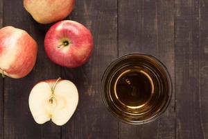 topp hälsosam äppeljuice och röda äppelfrukter foto