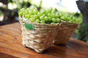 närbild grön druva i korg foto