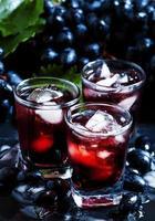 kall mörk druvjuice med is foto