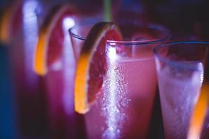 rad olika alkoholcocktails på evenemang utomhus nattfest foto