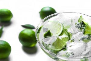färsk cocktail med limeskivor