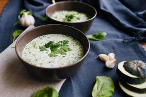 soppa med zucchini och spenat foto