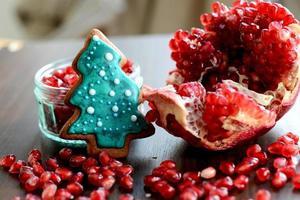 trasiga granatäpple, frön och pepparkakor xmas tree cookie foto
